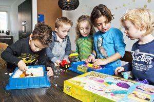 Kind & Gezin, amsterdam, special, telegraaf, spelende kinderen, kinderen, spel, bordspel, gezin, gezellig, 09-12-2015